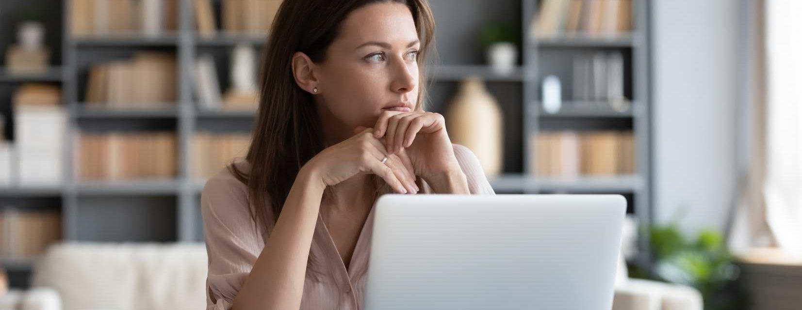 Orolig kvinna vid dator